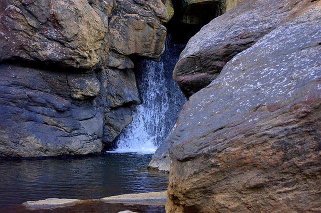 waterfall-2103104_640.jpg